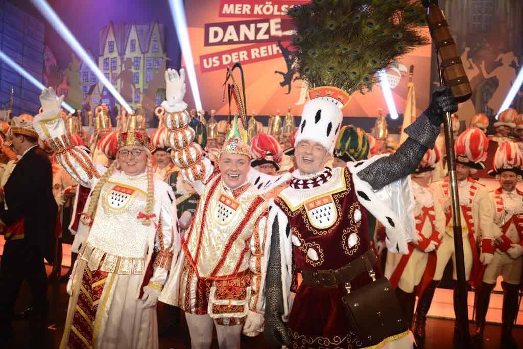Das Kölner Dreigestirn 2018: Prinz Michael II. (Gerhold) in der Mitte mit Bauer Christoph (Stock) und Jungfrau Emma (Erich Ströbel). Foto: Festkomitee Kölner Karneval / Costa Belibasakis