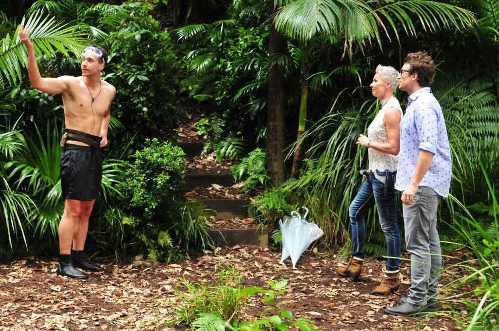 Sonja Zietlow und Daniel Hartwich versuchen David nach der Dschungelprüfung aufzumuntern. Foto: MG RTL D / Stefan Menne Alle Infos zu 'Ich bin ein Star - Holt mich hier raus!' im Special bei RTL.de