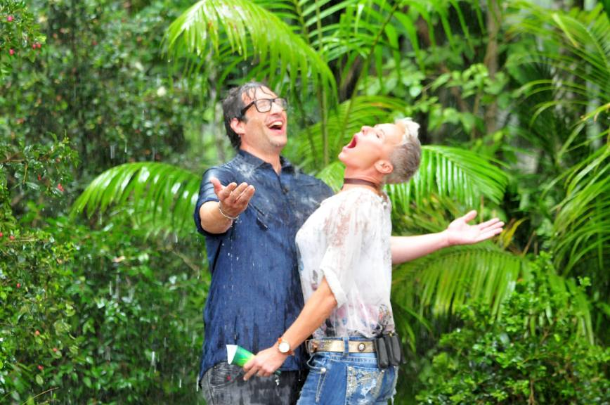 Daniel und Sonja singen spontan unter dem Regenguss. Foto: MG RTL D / Stefan Menne Alle Infos zu 'Ich bin ein Star - Holt mich hier raus!' im Special bei RTL.de