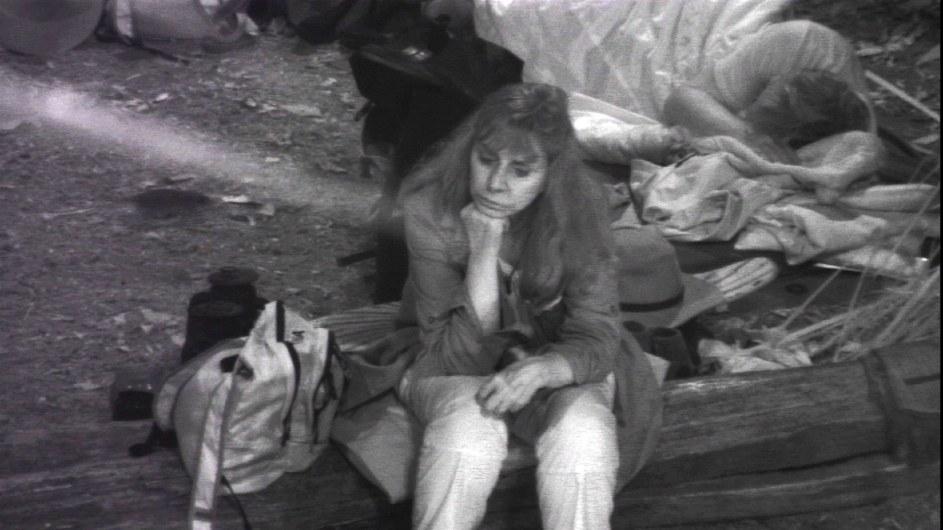 Tina York sitzt wieder alleine am Lagerfeuer. Hinter ihr schläft Ansgar Brinkmann. Foto: MG RTL D Alle Infos zu 'Ich bin ein Star - Holt mich hier raus!' im Special bei RTL.de
