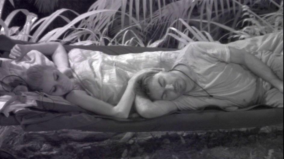 Tatjana Gsell und Matthias Mangiapane schlafen tief und fest während Tina wieder alleine am Lagerfeuer sitzt. Foto: MG RTL D Alle Infos zu 'Ich bin ein Star - Holt mich hier raus!' im Special bei RTL.de