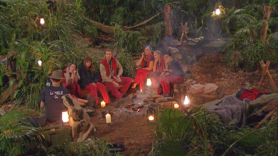 Die acht verbliebenen Dschungelstars bekommen Post von ihren Liebsten. Foto: MG RTL D Alle Infos zu 'Ich bin ein Star - Holt mich hier raus!' im Special bei RTL.de