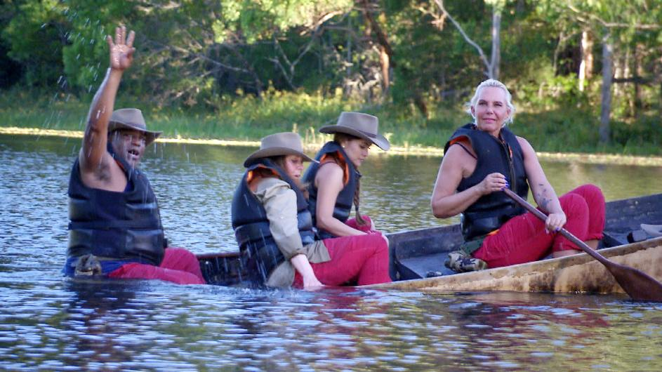 Sydney Youngblood, Tina York, Kattia Vides und Natascha Ochsenknecht müssen in einem morschen Boot in Richtung Camp gelangen. Foto: MG RTL D