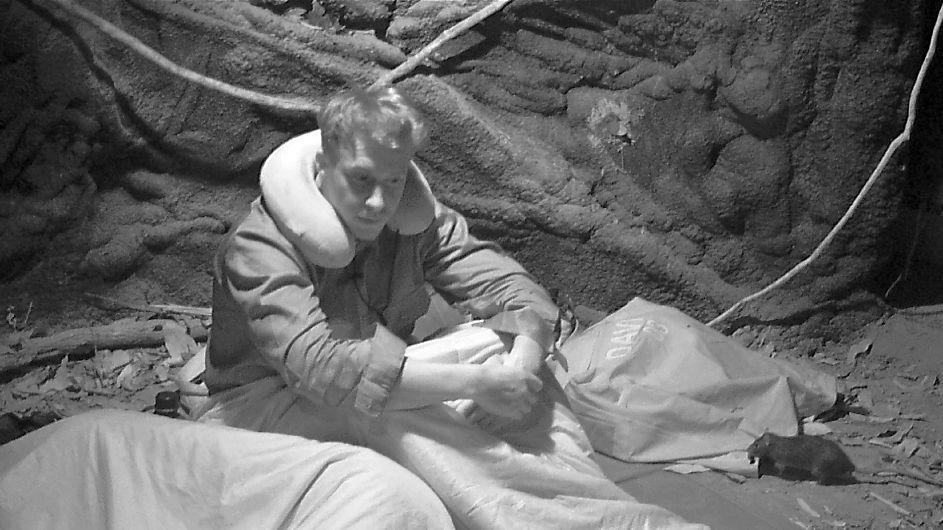 David Friedrich muss mit seiner Gruppe die Nacht in einer dunklen Höhle voller Ratten verbringen. Foto: MG RTL D