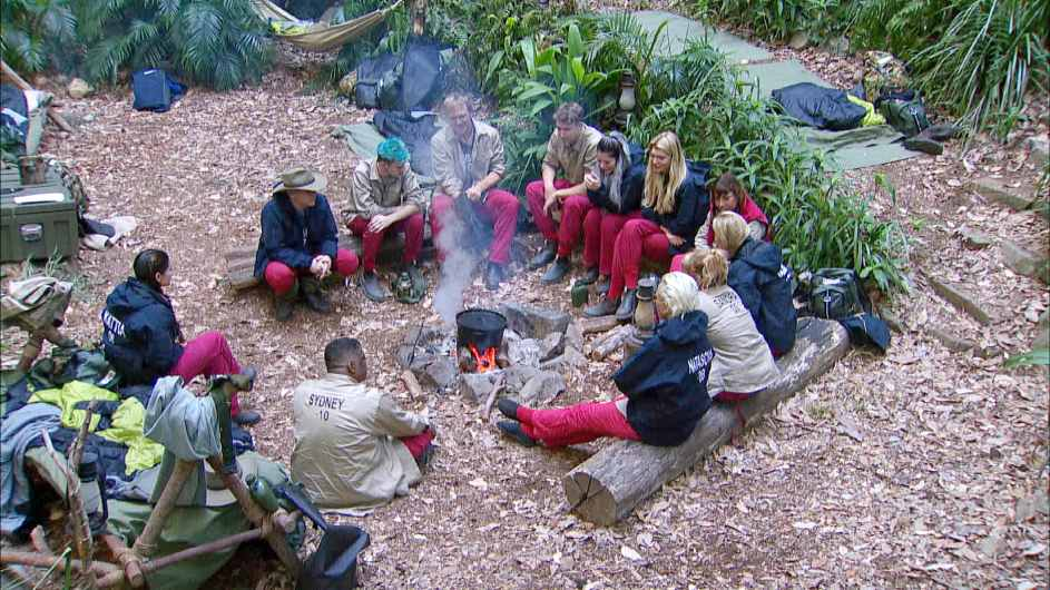 Die Stars lernen sich am Lagerfeuer näher kennen. Foto: MG RTL D