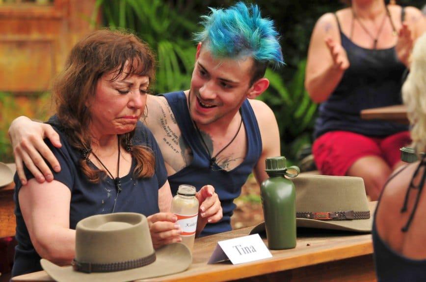 Tina York muss pürierte Kakerlaken trinken. Daniele Negroni steht ihr zur Seite. Foto: MG RTL D / Stefan Menne