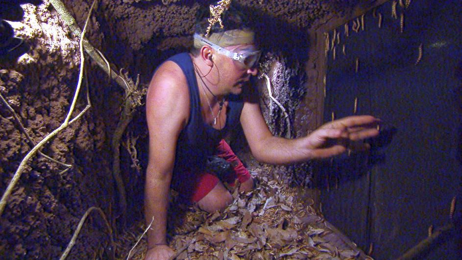 Matthias Mangiapane sucht im dunklen Untergrund nach den Sternen. Foto: MG RTL D Alle Infos zu 'Ich bin ein Star - Holt mich hier raus!' im Special bei RTL.de