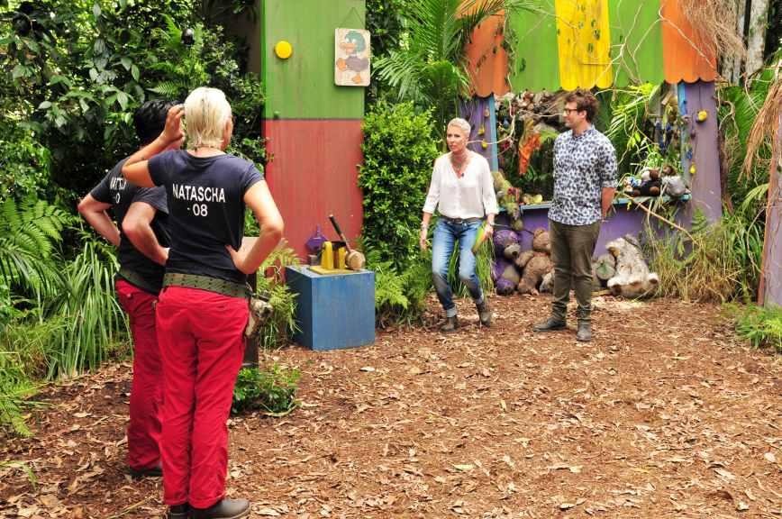 Sonja Zietlow und Daniel Hartwich begrüßen Matthias Mangiapane und Natascha Ochsenknecht zur Dschungelprüfung. Foto: MG RTL D / Stefan Menne