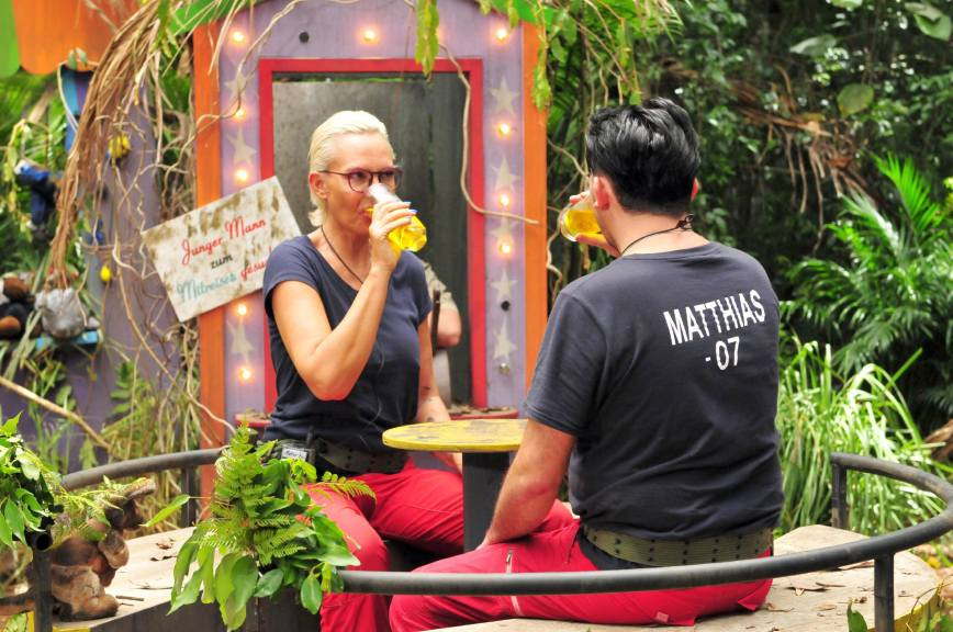 20 Sekunden haben sie Zeit je ein großes Glas voller Kuh-Urin während der Fahrt auszutrinken. Foto: MG RTL D / Stefan Menne Alle Infos zu 'Ich bin ein Star - Holt mich hier raus!' im Special bei RTL.de