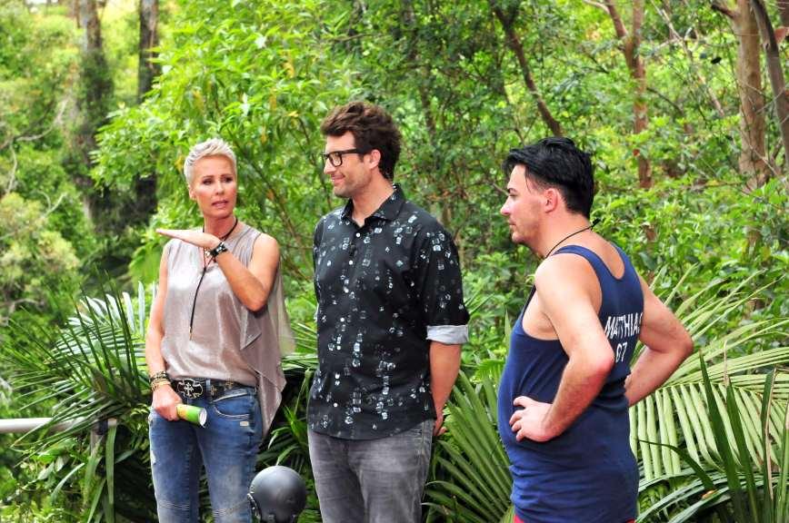 Die Moderatoren Sonja Zietlow und Daniel Hartwich erklären Matthias genau den Ablauf der Dschungelprüfung. Foto: MG RTL D / Stefan Menne Alle Infos zu 'Ich bin ein Star - Holt mich hier raus!' im Special bei RTL.de