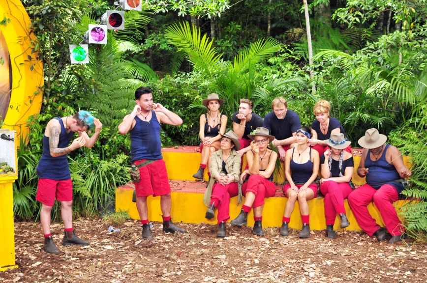 """Alle anderen Camper dürfen zusehen, wie sich die Beiden als Gäste der """"Ultimativen Schad Show"""" schlagen. Foto: MG RTL D / Stefan Menne Alle Infos zu 'Ich bin ein Star - Holt mich hier raus!' im Special bei RTL.de"""