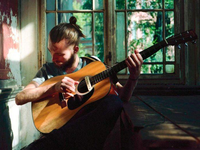 Der Singer/Songwriter Xavier Darcy (22) kommt aus München. copyright: NDR/Nikolas Fabian Kammerer