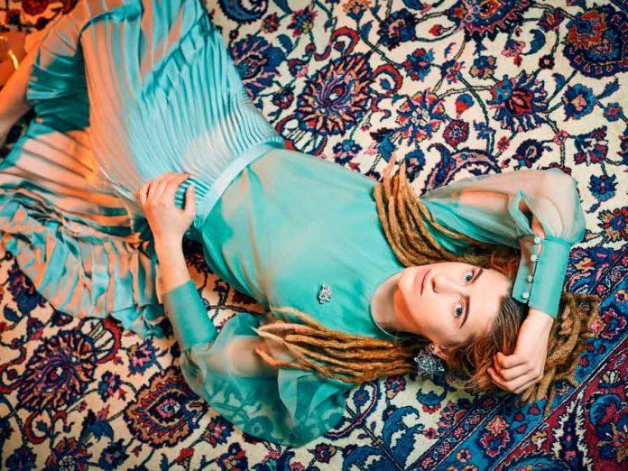 Natia Todua (21) ist aus Georgien und möchte in Deutschland ihren Traum von einem Leben als Musikerin und Sängerin verwirklichen. copyright: NDR/Nikolaj Georgiew
