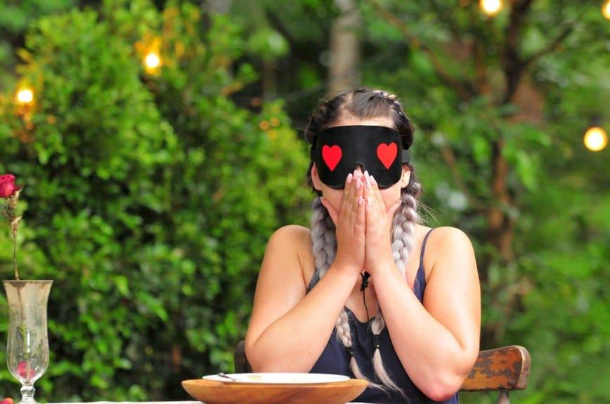Jenny setzt die Augenbinde auf. Mutig isst sie den 2. Gang. Foto: MG RTL D / Stefan Menne Alle Infos zu 'Ich bin ein Star - Holt mich hier raus!' im Special bei RTL.de