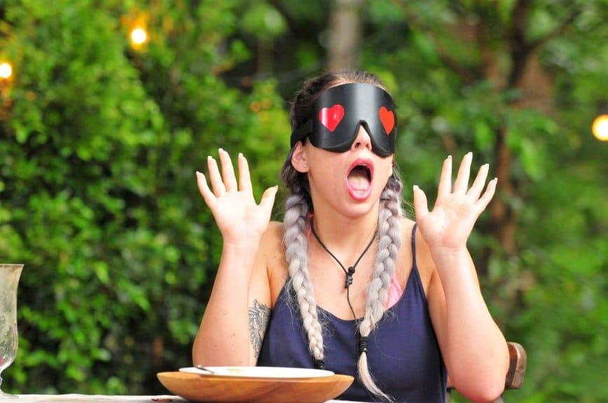 Jenny ist brav den Inhalkt ihres Tellers auf. Foto: MG RTL D / Stefan Menne Alle Infos zu 'Ich bin ein Star - Holt mich hier raus!' im Special bei RTL.de