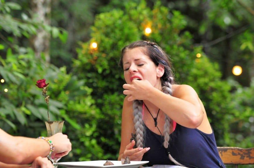 Mit viel Mühe isst Jenny Frankhauer den 3. Gang. Sie muss zwei tote Motten und 20 tote Fliegen essen. Foto: MG RTL D / Stefan Menne Alle Infos zu 'Ich bin ein Star - Holt mich hier raus!' im Special bei RTL.de
