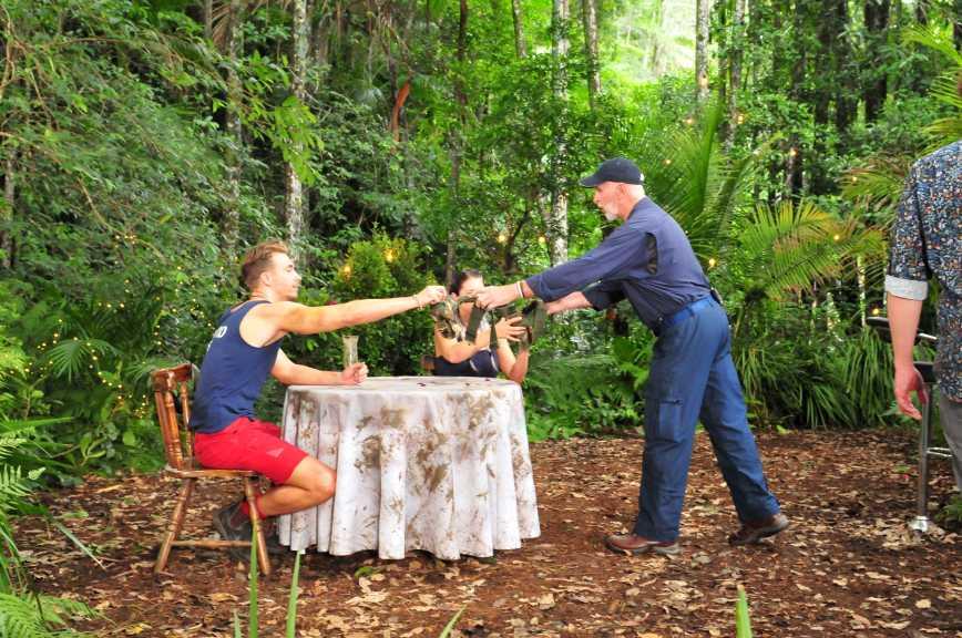 Dr. Bob (r.) erklärt David Friedrich und Jenny Frankhauser die Dschungelprüfung. Foto: MG RTL D / Stefan Menne Alle Infos zu 'Ich bin ein Star - Holt mich hier raus!' im Special bei RTL.de