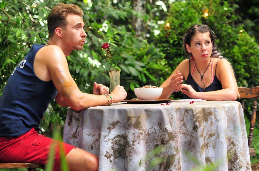 Jenny Frankhauser und David Friedrich müssen zwei Sandwürmer essen und den fünften gemeinsam. Foto: MG RTL D / Stefan Menne Alle Infos zu 'Ich bin ein Star - Holt mich hier raus!' im Special bei RTL.de