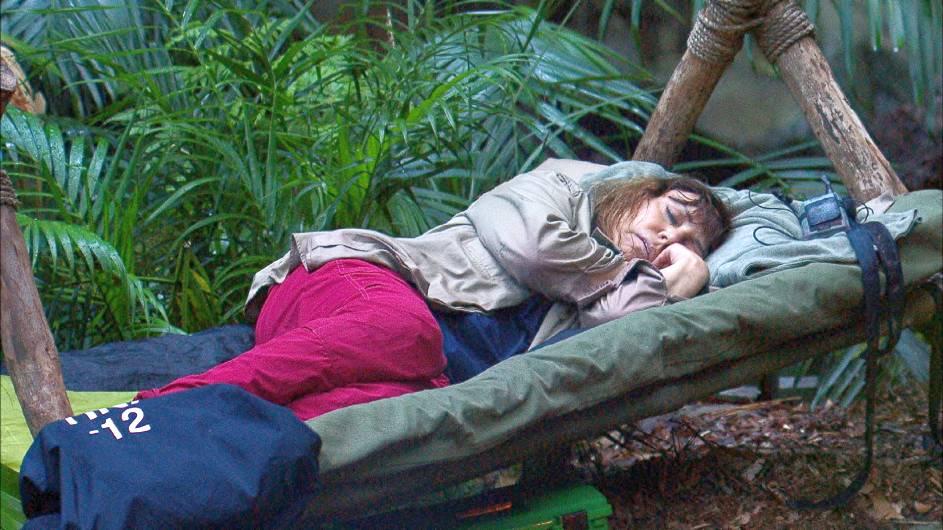 Tina York ist eingeschlafen und Tatjana hat sich auch wieder hingelegt. Das Feuer ist völlig unbewacht. Foto: MG RTL D Alle Infos zu 'Ich bin ein Star - Holt mich hier raus!' im Special bei RTL.de