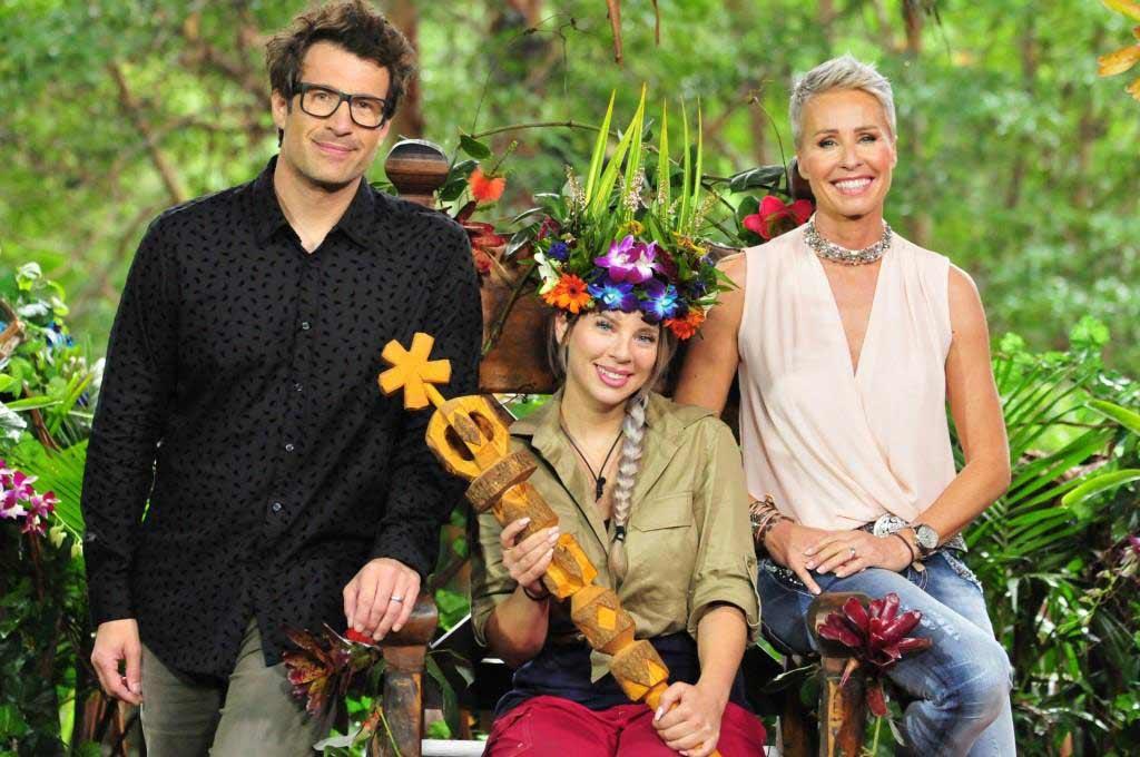 Die neue Dschungelkönigin Jenny Frankhauser zusammen mit den Moderatoren Sonja Zietlow und Daniel Hartwich. Foto: MG RTL D / Stefan Menne Alle Infos zu 'Ich bin ein Star - Holt mich hier raus!' im Special bei RTL.de