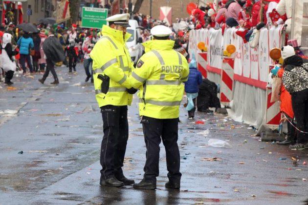 Insgesamt gab es weniger Einsätze von Polizei, Feuerwehr und Rettungskräften als in den Vorjahren beim Rosenmontagszug in Köln. copyright: CityNEWS