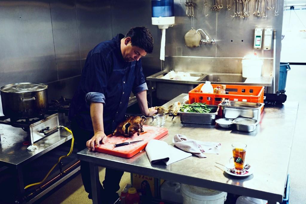 Tim Mälzer versucht sich an Pekingente in Amsterdam. Foto: MG RTL D / Endemol Shine