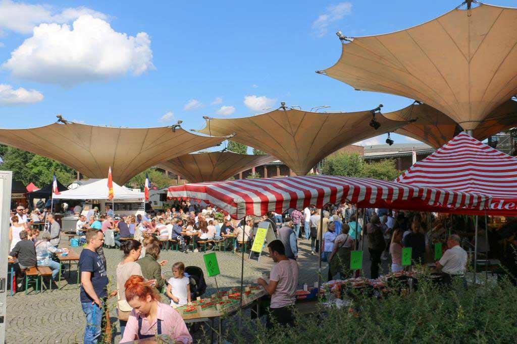Neben Essen und Trinken können die Fischmarkt-Besucher nach Herzenslust shoppen copyright: CityNEWS / Alex Weis