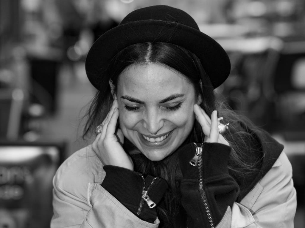 Die quirlige 28-Jährige schafft es, den Spagat zwischen drei unterschiedlichen Welten perfekt miteinander zu verbinden und alles – wortwörtlich – unter den stets auf dem Kopf befindlichen schwarzen Hut zu bringen. copyright: CityNEWS / Alex Weis