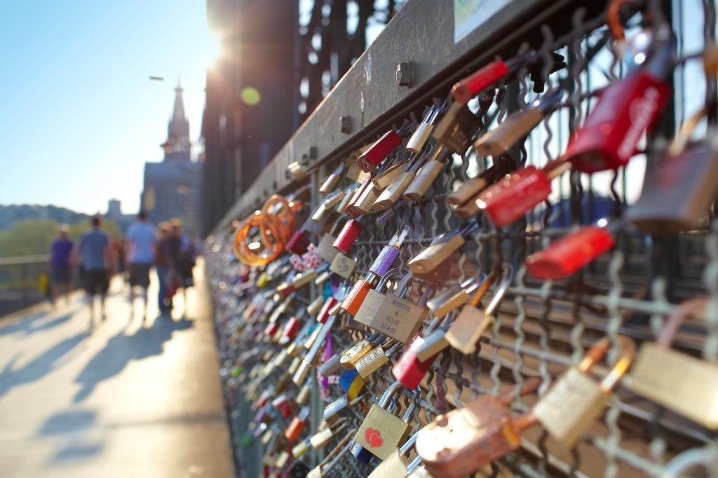 Kölsche Geschenke zum Lesen, Erleben und janz vill Hätz: Wie wäre es mit einem Liebesschloss an der Hohenzollernbrücke? copyright: KölnTourismus / Dieter Jacobi