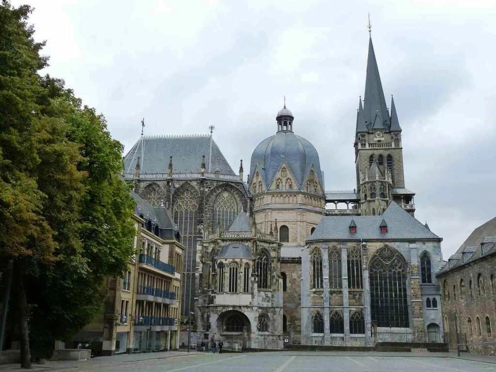 Nicht nur Köln, auch Aachen hat einen architektonisch beeindruckenden Dom zu bieten - und einen geschichtsträchtigen noch dazu: Dutzende Könige wurden dort einst gekrönt. copyright: pixabay.com