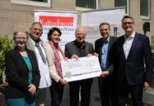 1.100 Euro Spende für verfolgte türkische Journalisten bei Benefiz-Talk in Köln copyright: Christian Esser