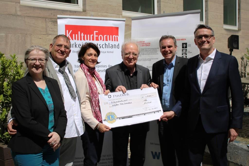 1.100 Euro Spende für verfolgte türkische Journalisten bei Benefiz-Talk in Köln copyright: Christian Esser / DJV