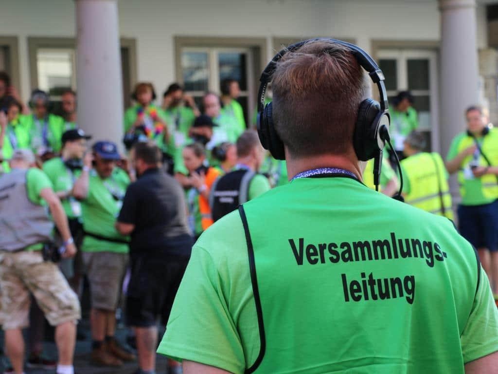 Ohne die zahlreichen Ehrenamtler wäre für Versammlungsleiter Jörg Kalitowitsch die CSD-Demo nicht zu stemmen. copyright: CityNEWS