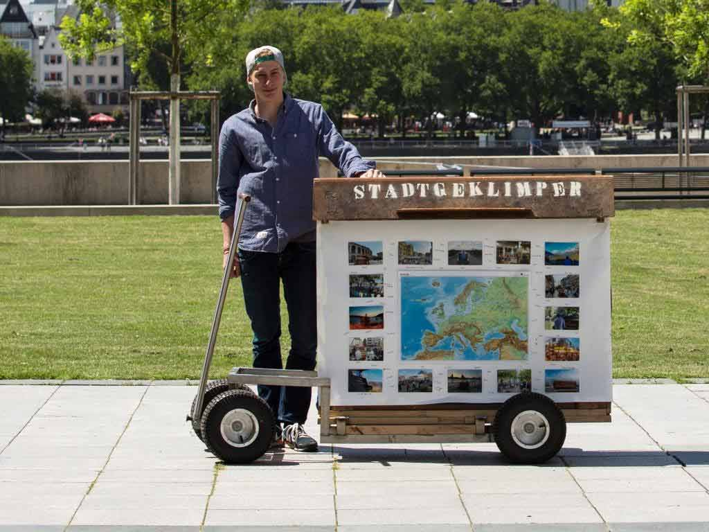"""Der 19-jährige Abiturient aus der Kölner Südstadt """"klimpert"""" auf dem bei eBay entstandenen Instrument, das er sich für seine Leidenschaft """"gepimpt"""" hat. copyright: CityNEWS / Alex Weis"""