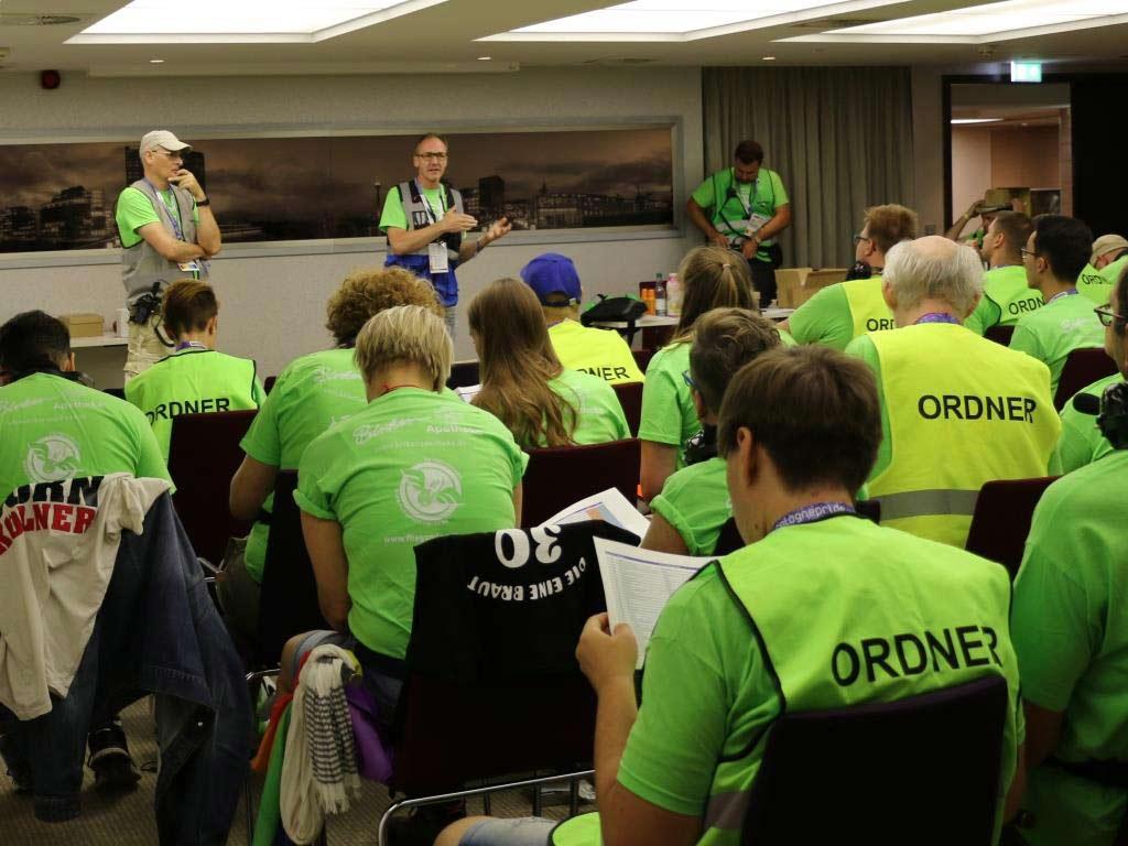 Demo-Leiter Jörg Kalitowitsch (Mitte) bei der Einweisung der zahlreichen Ordner und Helfer. copyright: CityNEWS