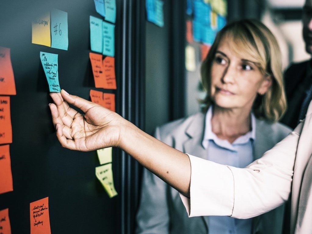 Gute Strukturen sorgen für Übersicht im Büroalltag, was zu weniger Stress führt. copyright: pixabay.com