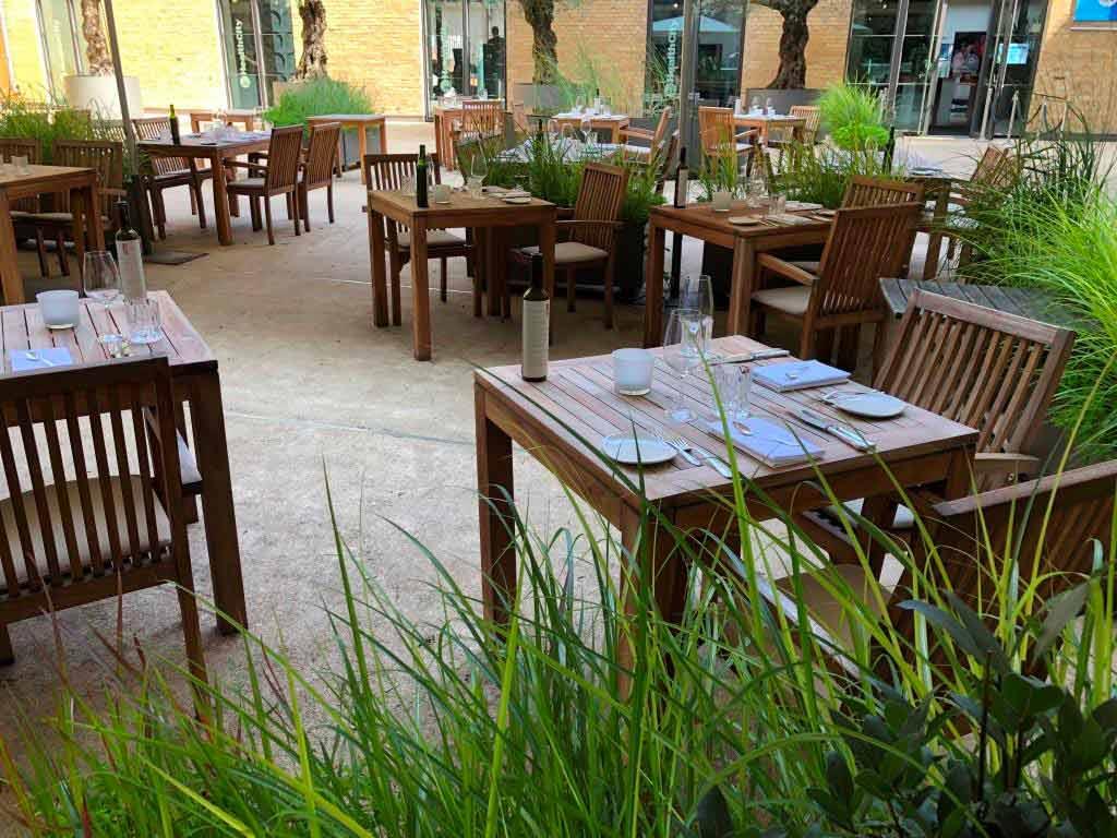 Das Restaurant Acht hat einen lauschigen Biergarten im Hof copyright: Acht