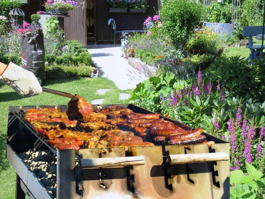 Ein Grill gehört eigentlich schon zum festen Garten-Inventar. copyright: pixabay.com