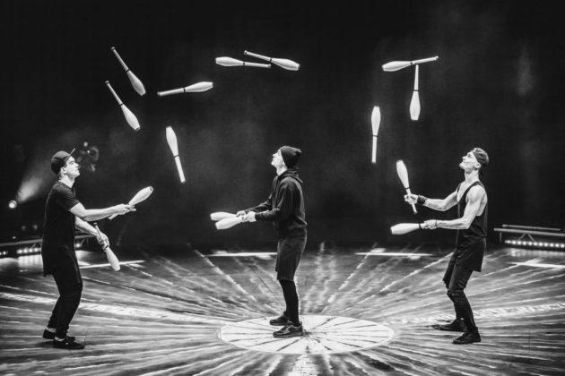 3J – Jonglage neu interpretiert Eine Bühne, drei Jungs und 15 Keulen – das Auge kann kaum folgen, wenn die Keulen über die Köpfe und um die Beine tanzen.