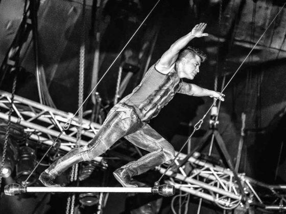 Der Mexikaner Alain Alegria zeigt waghalsige Balancen mit spielerischer Leichtigkeit, und das 16 Meter über dem Bühnenboden. Seine Sicherung besteht aus Perfektion und absoluter Schwindelfreiheit.