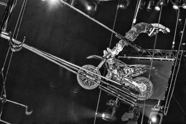 Mad Flying Bikes – Normal ist anders Waghalsige Stunts sind das Metier der Mad Flying Bikes wobei Benzingeruch und Motorensound die Herzen der Fans höherschlagen lassen. Riskant, rasant, faszinierend.