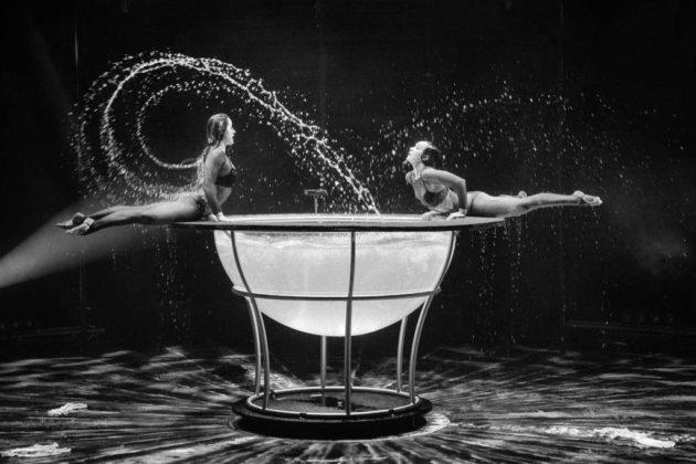 Christina & Kateryna – Waterbowl Die reizenden Klosterschwestern lassen einige Hüllen fallen und tauchen ein in ihre Wasserwelt. Ihr Pool scheint keinen Raum für beide zu bieten, doch es gelingt ihnen darin zu schwimmen, kunstvolle Formen zu bilden und Synchron-Artistik zu präsentieren.
