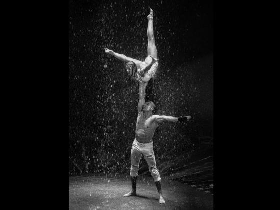 """Olha & Pavlo – """"Wet Adagio"""" Die jungen Artisten schaffen eindrucksvolle Körperbilder, die in ihrer expressiven Ausdrucksform nachhaltig im Gedächtnis bleiben und das im strömenden Regen."""