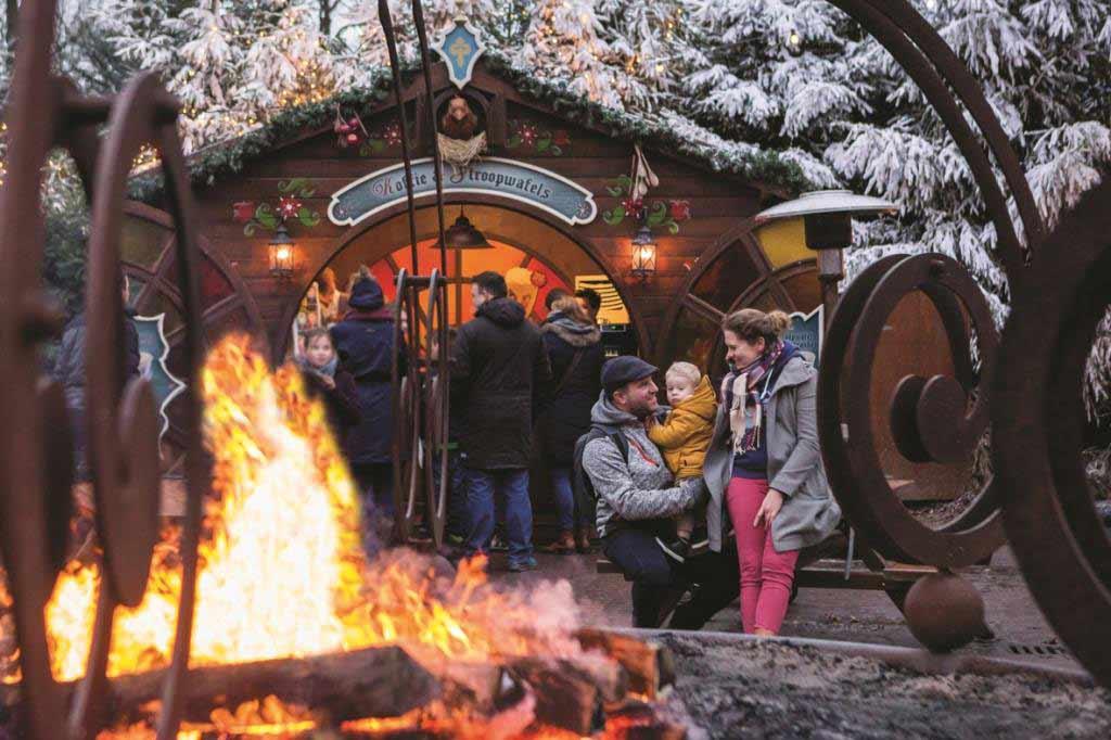 Lagerfeuer laden zum Aufwärmen und Verweilen ein. copyright: Efteling / Marijn de Wijs Photography