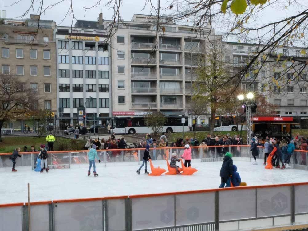 Die Eisbahn auf dem Kölner Ebertplatz: Zwischen Glühwein, Eisstockschießen und Schlittschuhlaufen - copyright: Stadt Köln