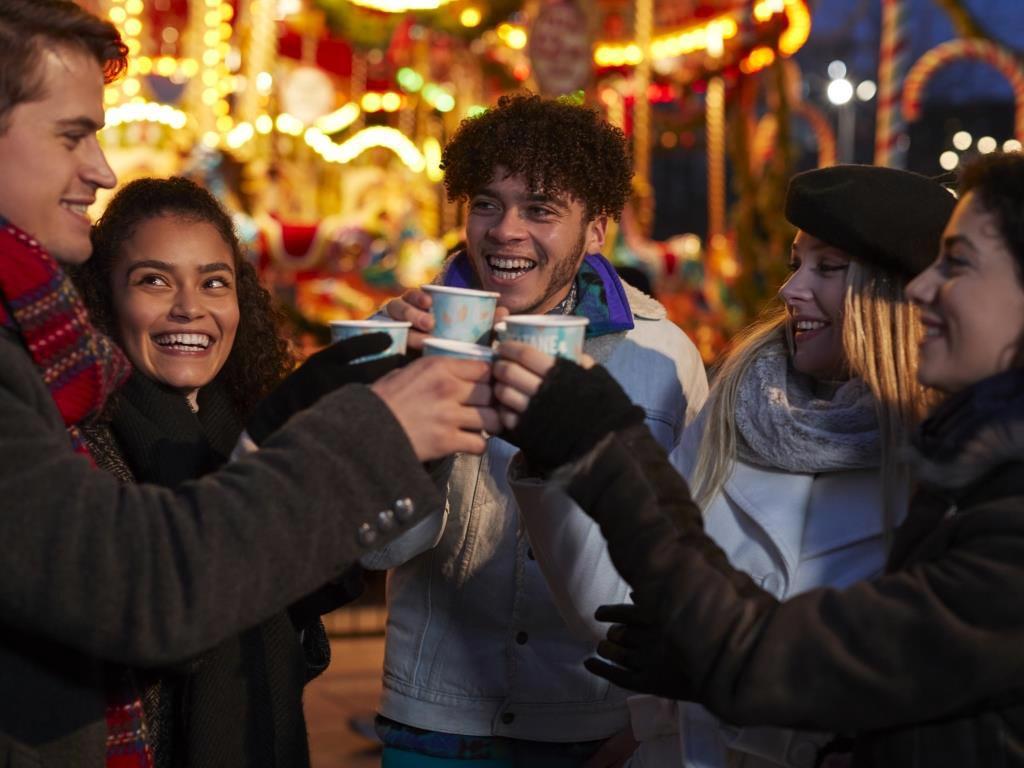 Der Weihnachtsmarkt auf dem Chlodwigplatz bietet jede Menge Genuss zur Adventszeit. copyright: Envato / monkeybusiness