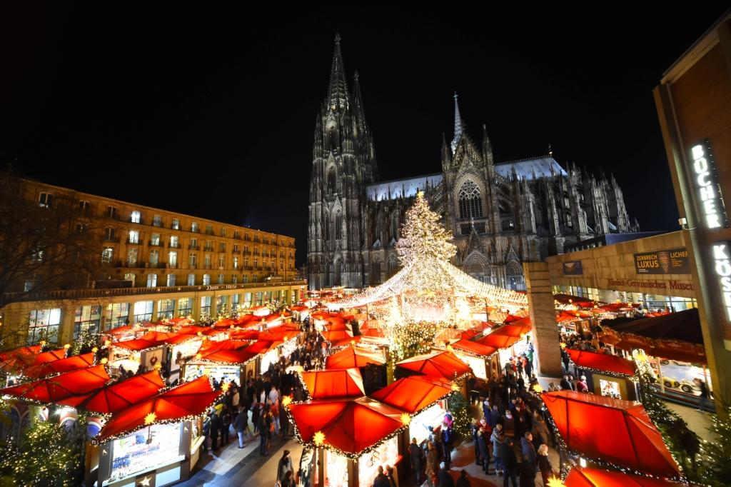 In den Abendstunden zaubern 70.000 LEDs ein Lichterzelt auf Weihnachtsmarkt am Kölner Dom. copyright: www.koelnerweihnachtsmarkt.com