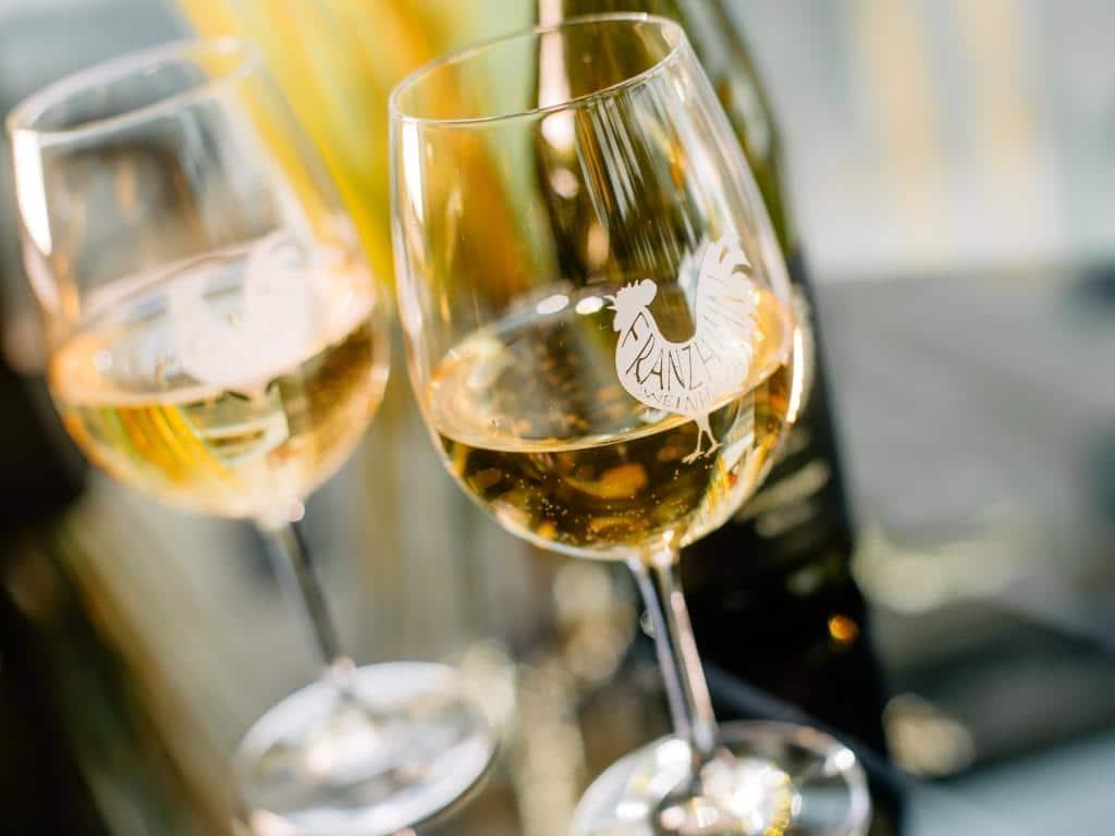 Zum Essen werden Weine vom pfälzischen Gut Franz Hahn angeboten. copyright: De janze Hahn