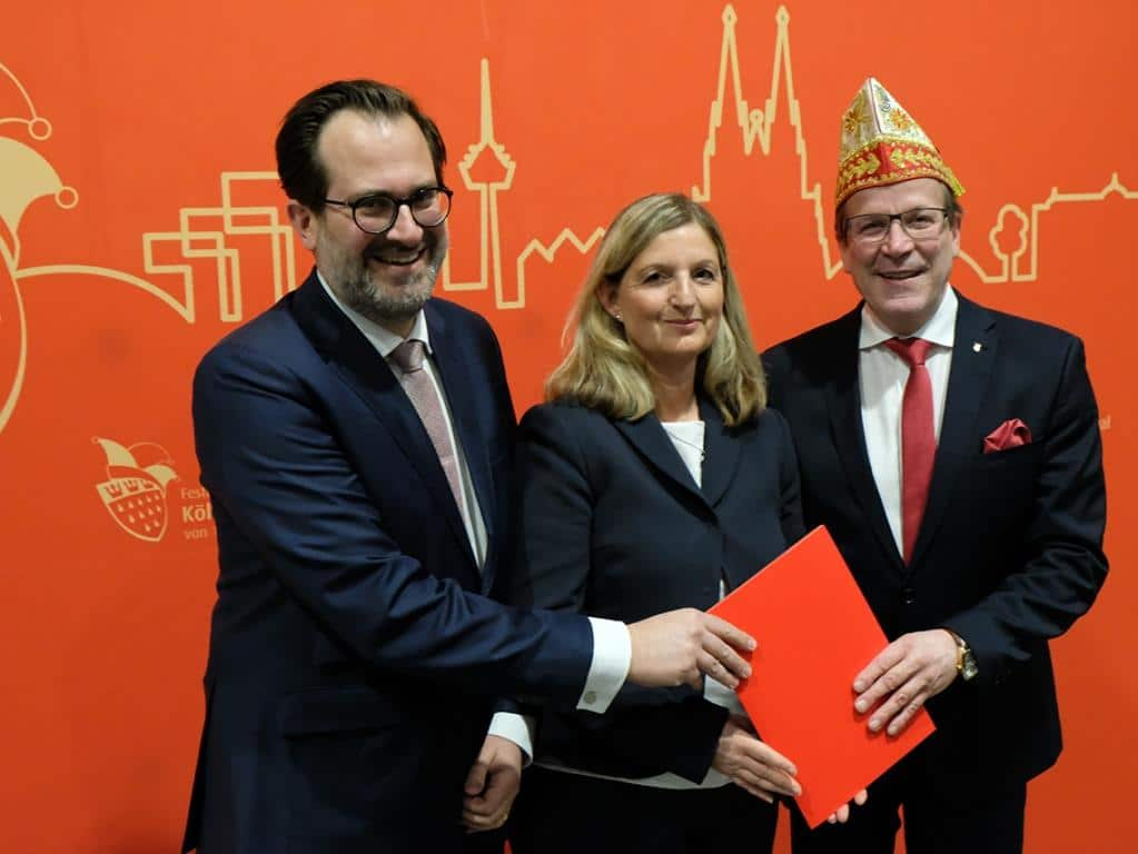 Festkomitee-Präsident Christoph Kuckelkorn (rechts) mit Prof. Dr. Silke Schönert (Mitte) und Jochen Schönfelder (links) bei der Studienpräsentation zum Kölner Karneval. copyright: Festkomitee Kölner Karneval