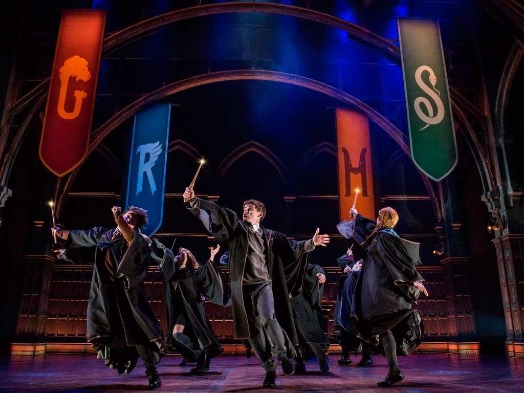 Eine Szene des Theaterstücks Harry Potter and the Cursed Child mit der Original Broadway Company copyright: Matthew Murphy